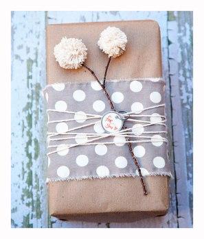 envolver-regalos-con-tela-y-pompones